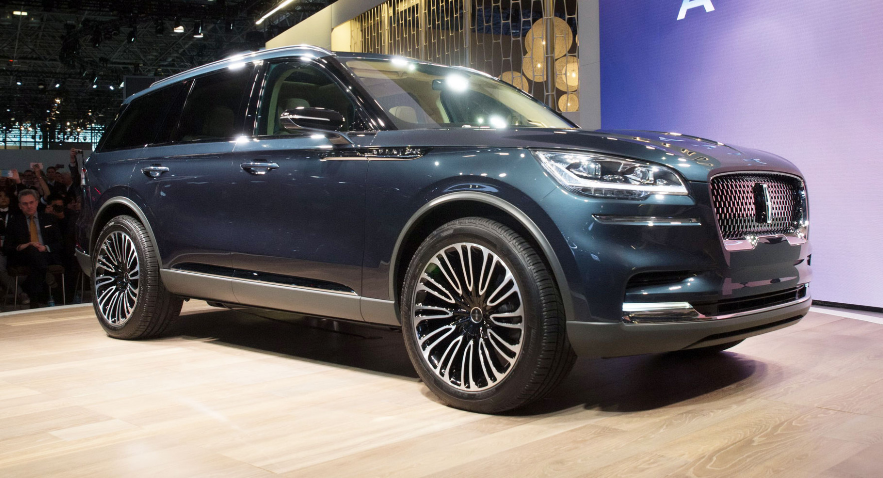 Lincoln Aviator Forecasts An Elegant Three-Row Plug-In Hybrid ...