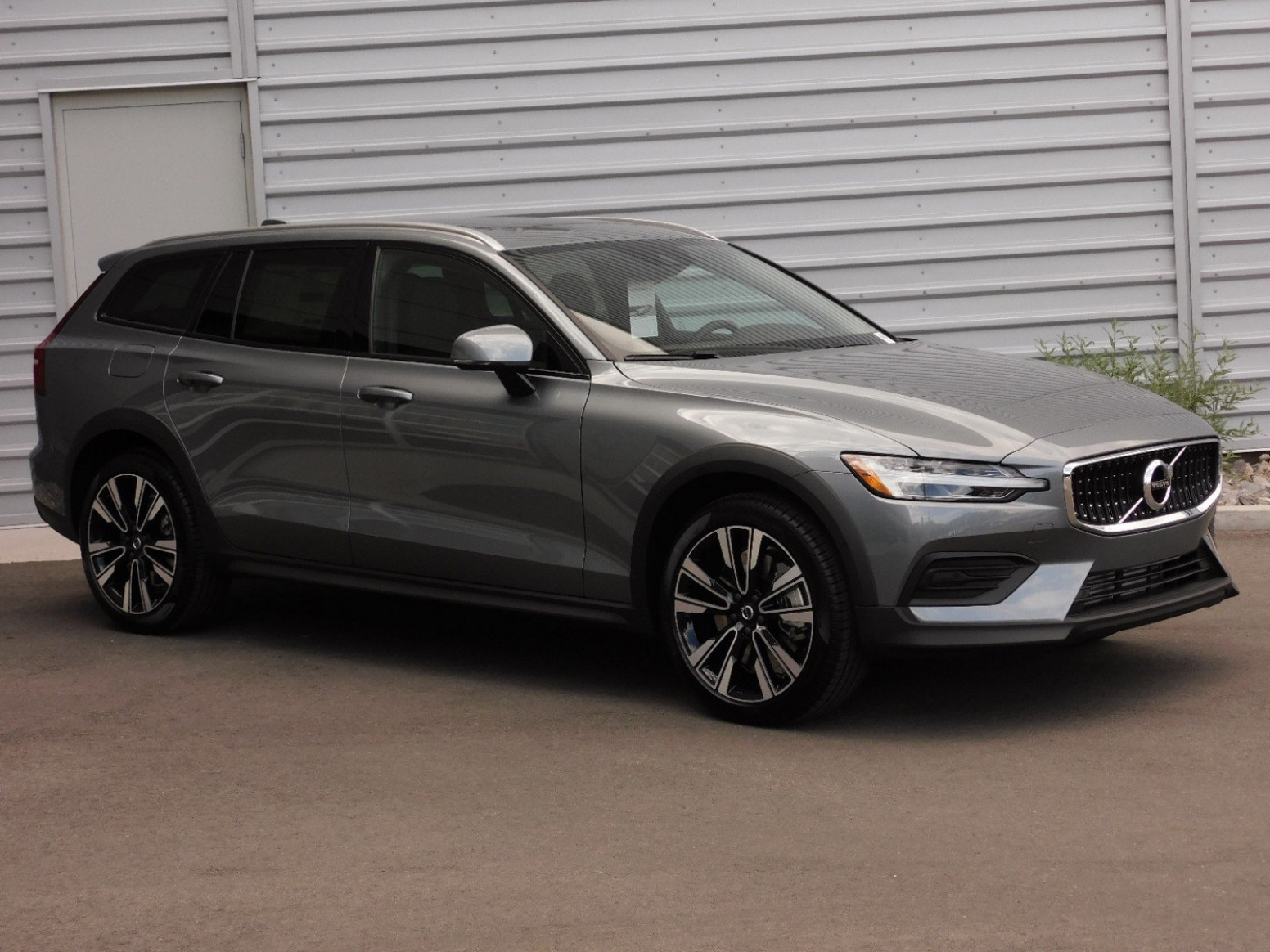 New Volvo V12 Cross Country V12AWD T12 MOMENTUM With Navigation & AWD - 2020 volvo momentum