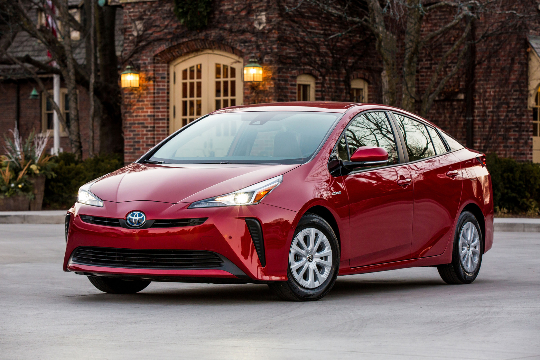 8 Toyota Prius: Up to 8 MPG, now with CarPlay and Alexa for ...