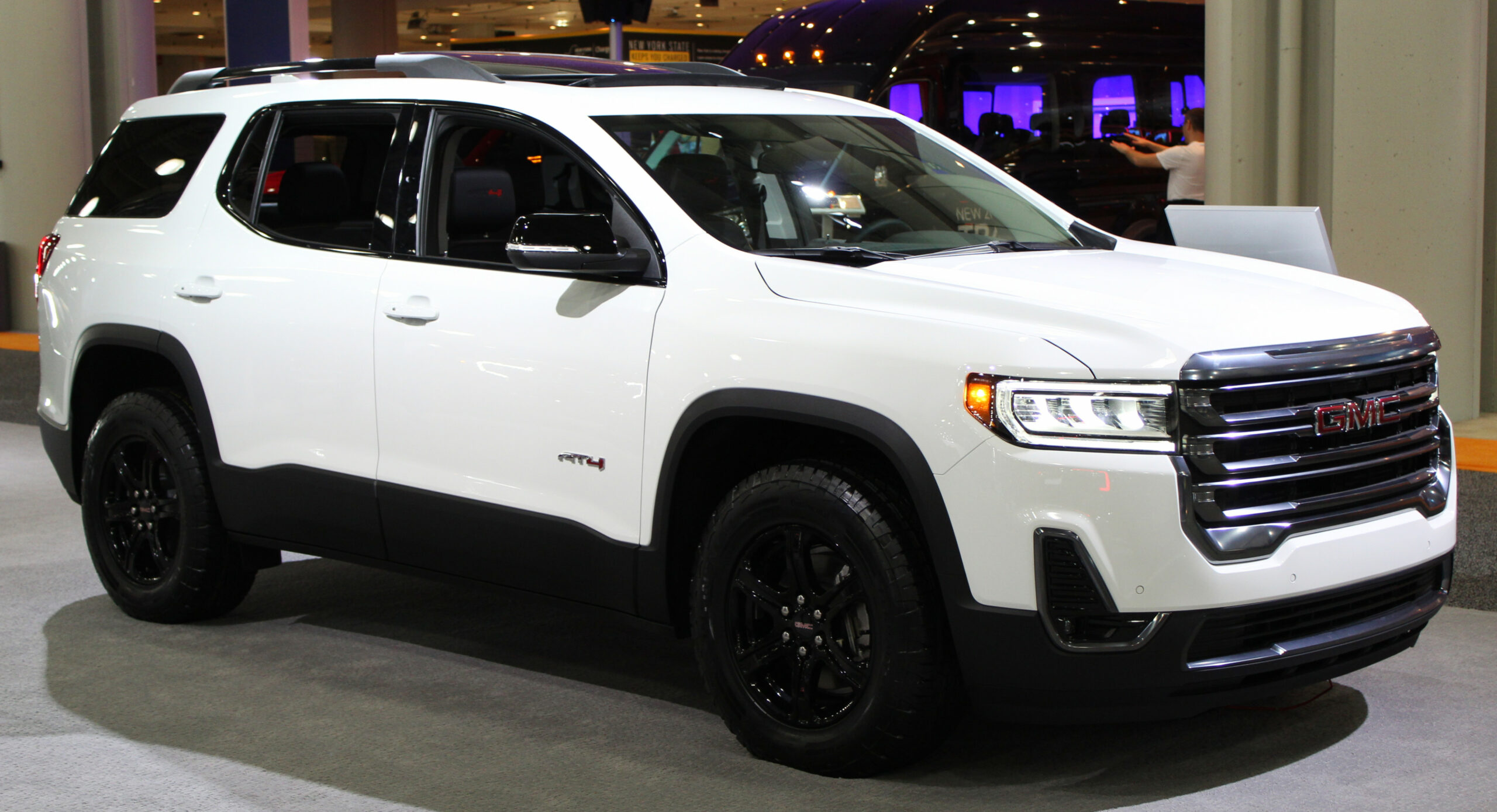 Datei:8 GMC Acadia AT8 front NYIAS 8