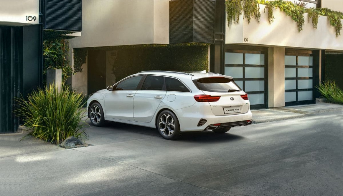 6 Kia Ceed SW Plug-In Hybrid With 6.6 Kmpl Mileage Is Up For Sale