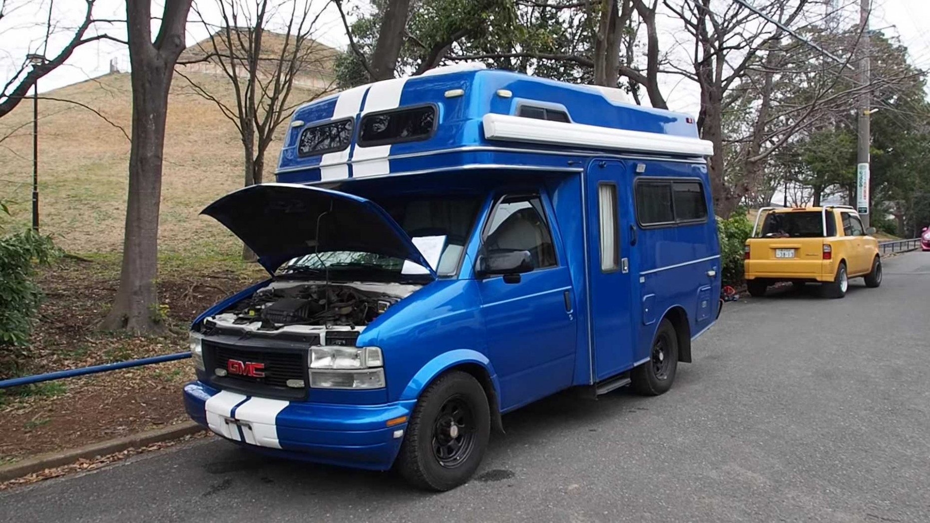 Discover this GMC motorhome with a cool look, a strange story ...