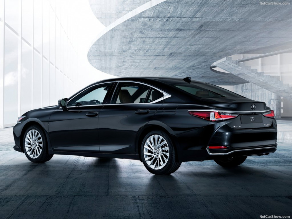 Lexus ES 7 7 Hybrid in UAE: New Car Prices, Specs, Reviews ...